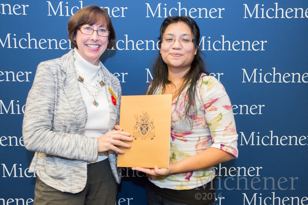 Susana Coronado (R) receiving Dr. Hugh Curry Diagnostic Cytology Scholarship from Michener Diagnostic Cytology professor Catherine Brown (Photo: Dao Shi)